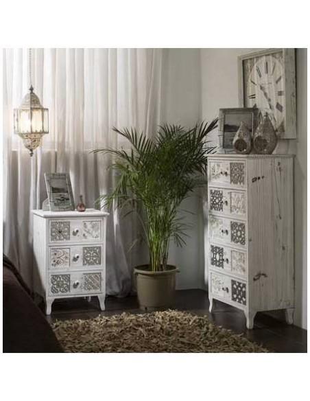 Mesita de noche vintage de tres cajones blanca con tallado plata