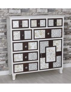 Cómoda de madera en blanco y nogal con tallados en plata y